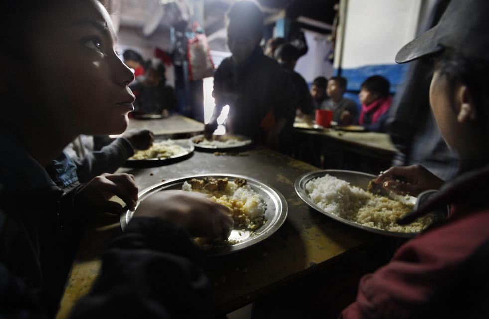 4. Дети едят в приюте для бездомных в Катманду, Непал, в пятницу 20 ноября. (AP/Gemunu Amarasinghe)