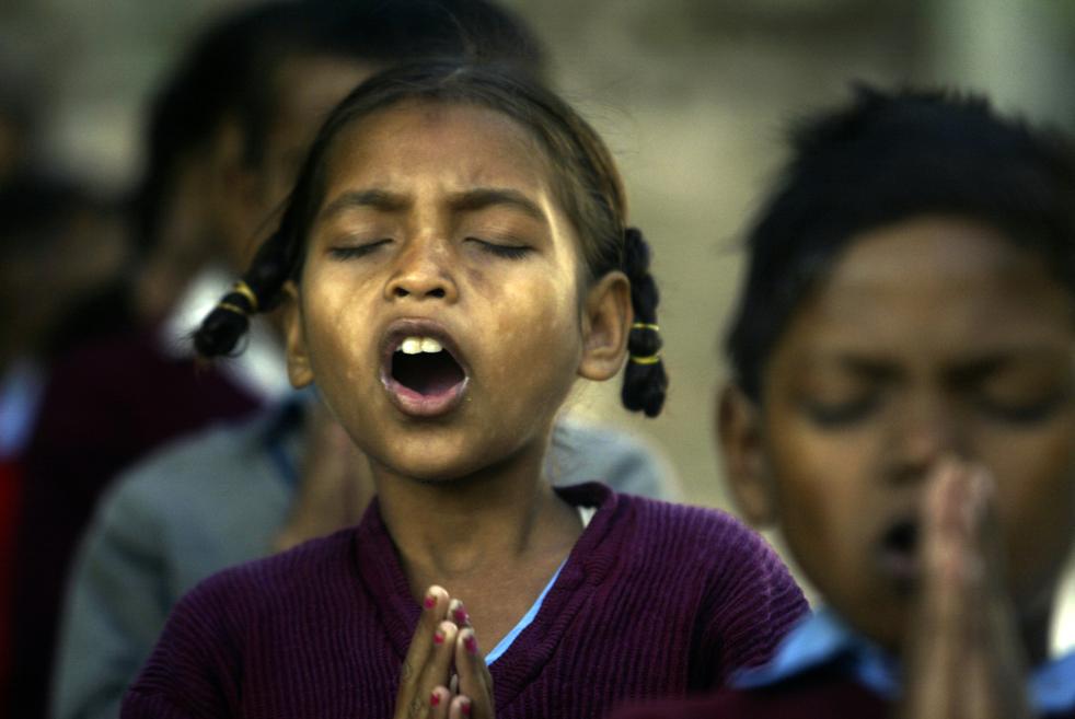 7. Школьники во время утренней молитвы в государственной школе под открытым небом в Джамму, Индия, в пятницу 20 ноября. (AP/Channi Anand)