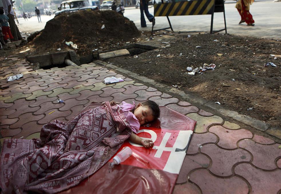 8. Годовалого малыша по имени Роха оставили спать на улице в Мумбай, Индия, в среду 18 ноября. (AP/Rafiq Maqbool)