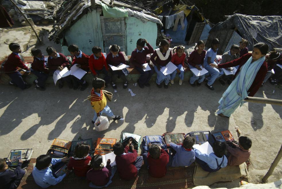 14. Школьники на уроке в государственной школе под открытым небом в Джамму, Индия, в пятницу 20 ноября. (AP/Channi Anand)