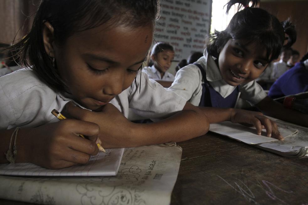 15. Дети из бедных семей на уроке в государственной школе в Гаухати в пятницу 20 ноября. (AP/Anupam Nath)