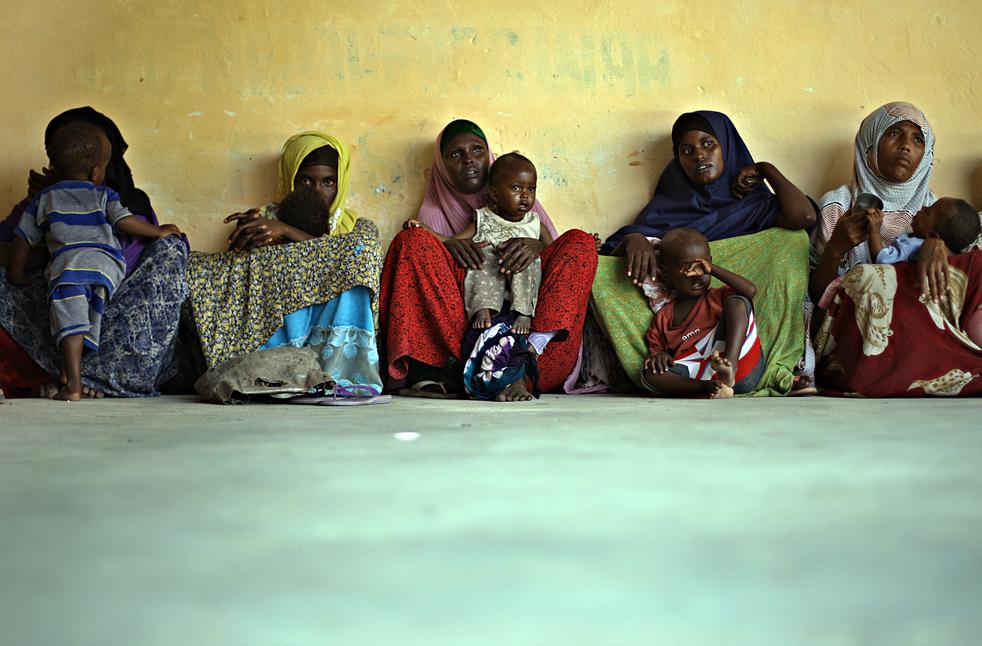 17. Бездомные женщины в очереди за детским питанием в центре организации под названием «CAACID», основанной ООН и Евросоюзом в Могадишу, Сомали, 15 ноября. (AFP/Getty Images/Mohamed Dahir)