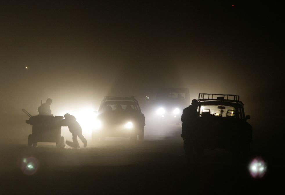 19. Дети толкают телегу на темной улице в Кабуле в пятницу 20 ноября. (AP/Mustafa Quraishi)