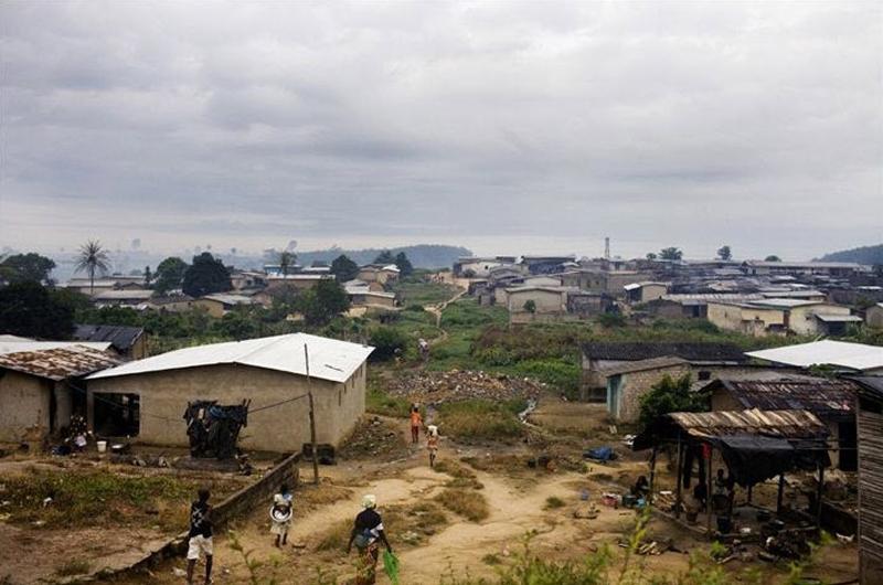 4.Люди идут в городе Тоуи, Кот-д'Ивуар, где находится несколько фирм по добыче бобов какао. Какао – один из двух главных источников дохода Кот-д'Ивуар. Второй – кофе, но этот бизнес не очень прибыльный, а жизнь фермеров нелегка. Во многих деревнях нет электричества, воды, минимальных санитарных условий и школ. Цены на какао довольно чувствительны к экономическим колебаниям, и фермеры Кот-д'Ивуар получают всего 40% от той прибыли, что вращается в Лондоне и Нью-Йорке. (Jessica Dimmock / VII Network)