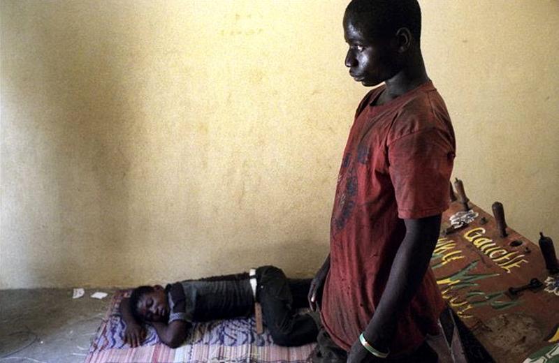 7. 17-летний Коменан Доминик стоит в приюте для бездомных в Абиджане, Кот-д'Ивуар. Он начал работать на плантации какао в 14 лет, но ушел из-за невероятно жестких условий. Так называемый «протокол какао», созданный в 2001 году, направлен на запрет эксплуатации детского труда на производстве, но многие критики, включая Международный профсоюз говорит об обратном. Согласно отчетам 2008 года, многие дети все еще работают на плантациях, прогуливают школу и получают травмы на производстве. (Jessica Dimmock / VII Network)
