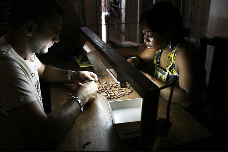 9. Сначала какао проходит несколько стадий отбора, а затем уже отправляется к 4 крупнейшим скупщикам Кот-д'Ивуар – компаниям «Саф-какао», «Каргилл», «Арчер Дэниелс Мидлэнд» и «Барри Колебо». (Jessica Dimmock / VII Network)