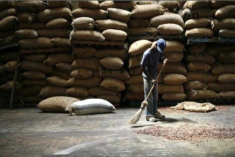 10. Мальчик подметает рассыпанные какао-бобы на складе компании «Саф-какао» в Сан Педро – одном из главных центров экспорта Кот-д'Ивуар. (Jessica Dimmock / VII Network)