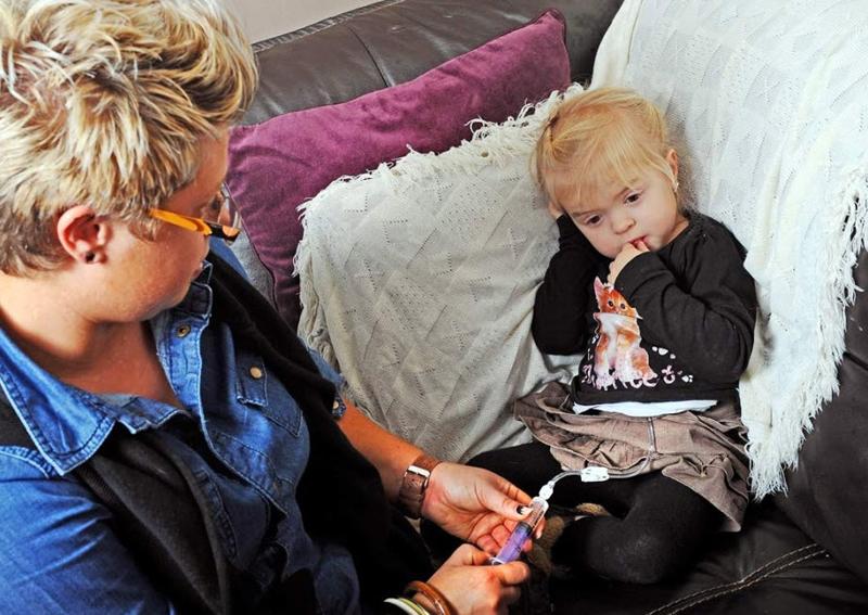 "7.  Pada 5-tahun Lily penyakit keturunan yang jarang Sutcliffe - cystinosis - suatu kondisi dimana tubuh kristal sistin.  Setiap hari ia harus mengambil koktail obat untuk tubuhnya ""membatu"".  Hanya sekitar 2.000 orang di seluruh dunia menderita penyakit ini.  (Nuh Goodrich, melayani Berita / ZUMA Press)"