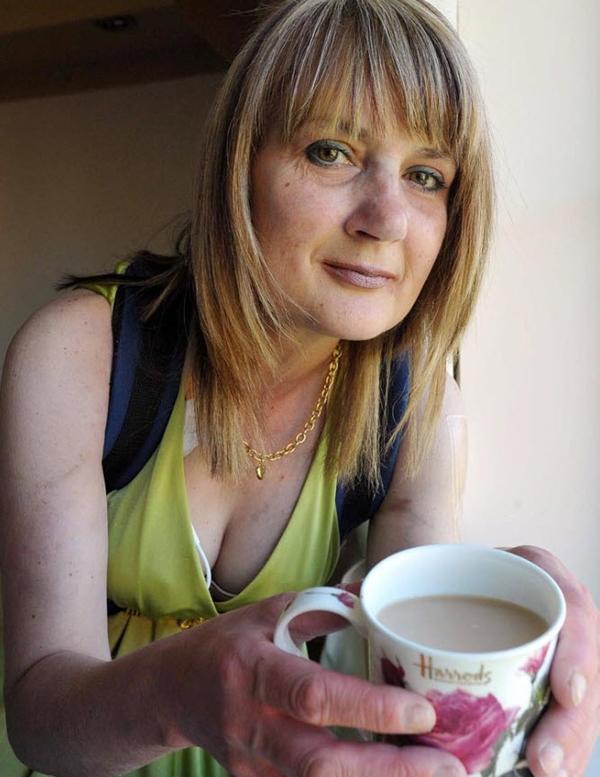 8. Труди Шарп не ела твердой пищи уже три года из-за серьезных проблем с желудком. Эта 43-летняя женщина страдает от проблем с пищеварением с юности, а в 2006 году ей сказали, что необходимо удалить толстую и тонкую кишку. До тех пор, пока она не получит трансплантат, она будет питаться жидкой пищей через трубочку. Каждый день ей разрешается пить три чашки чая. (Matt Kirwan, MASONS / SWNS.com)