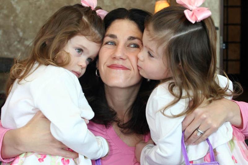 10. 5-летние близняшки Эддисон (слева) и Кэссиди Хэмпел страдают от редкого и смертельного заболевания, которое постепенно лишает их способности самостоятельно ходить, есть и говорить. Болезнью Ниманна-Пика типа С страдает около 500 детей в мире, иногда ее называют «детской болезнью Альцгеймера». Благодаря усердию матери близняшкам начали экспериментальное лечение в апреле. (Chris Hempel)