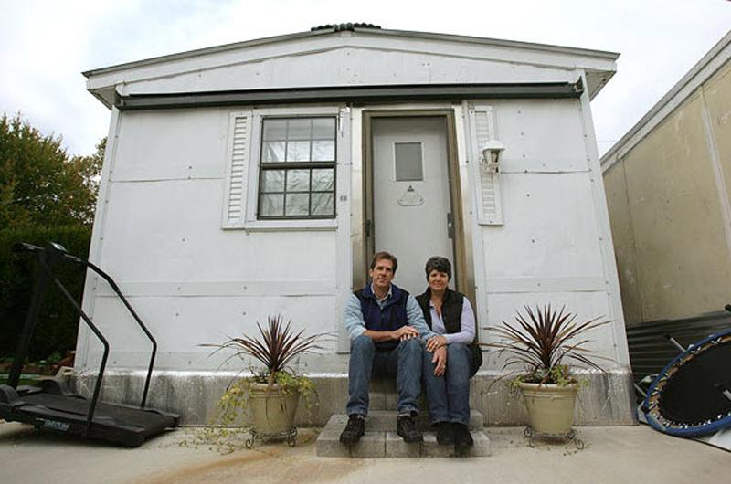 """12.  Elizabeth Fodeyl-Baus menderita penyakit, """"lingkungan"""", karena yang menjadi tak tertahankan buruk benda sehari-hari.  Ini adalah 10 jam per hari dihabiskan di dalam ruangan pelepasan bahan kimia (""""gelembung"""").  Pada bulan Oktober, pengadilan memutuskan untuk menghancurkan rumahnya, karena dibangun tanpa izin.  (Rick Smith, AP)"""