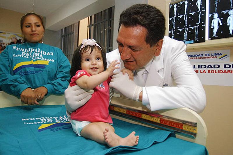 """13.  Milagros Cerrón selamat perjuangan dengan """"sindrom putri duyung.""""  Dia lahir pada bulan April 2004 dengan kaki bersendi.  Pada bulan Juni 2005, dokter melakukan operasi sukses untuk memisahkan gadis-gadis kaki.  (Martin Mejia, AP)"""