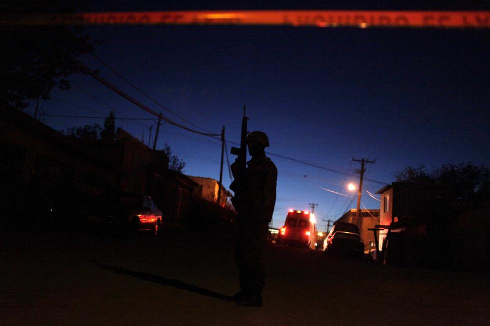 1. Солдат охраняет место преступления, где один человек был убит и еще один получил ранения в городе Сьюдад-Хуарес. Волна насилия поднялась с новой силой, когда в 2006 году президент страны Фелипе Кальдерон начал разгром организованной преступности на национальном уровне. Противостояния между наркодельцами, их конкурентами и солдатами привели к тому, чтобы было убито более 9 тысяч человек. (AP/Rodrigo Abd)