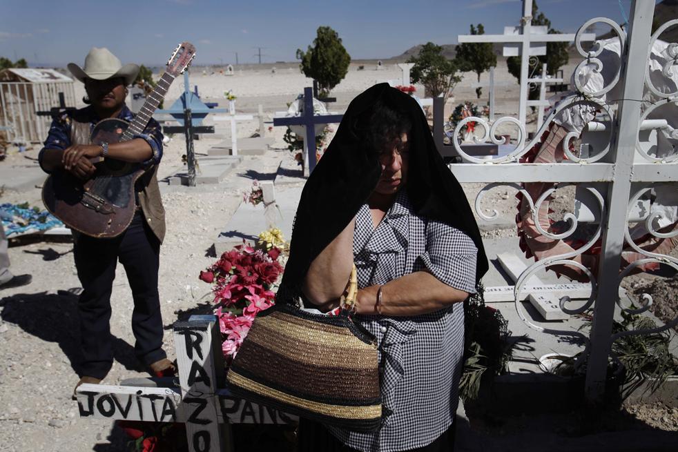 2. Родственница на похоронах 40-летнего Эдуардо Гонзалеза Рамиреза в мексиканском городе Сьюдад-Хуарес. По словам бабушки Рамиреза, солдаты забрали его неделю назад, и это был последний раз, когда его видели живым. Представитель  военных в регионе Энрике Торрес сказал, что армия не арестовывала Рамиреза и что преступники иногда выдают себя за военных. Согласно медицинскому заключению, 40-летнего Рамиреза забили до смерти. (AP/Rodrigo Abd)