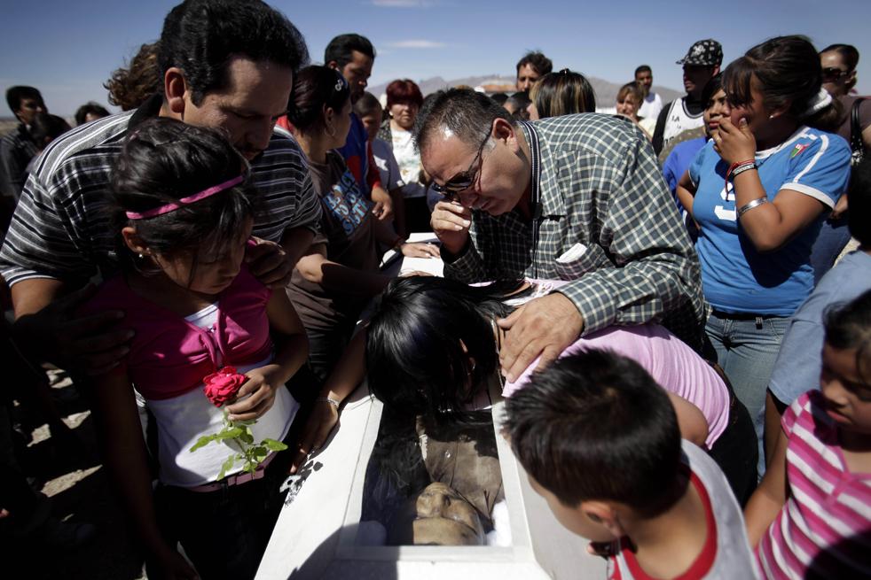 3. Родственники оплакивают 40-летнего Эдуардо Гонзалеза Рамиреза на похоронах в Сьюдад-Хуаресе. (AP/Rodrigo Abd)