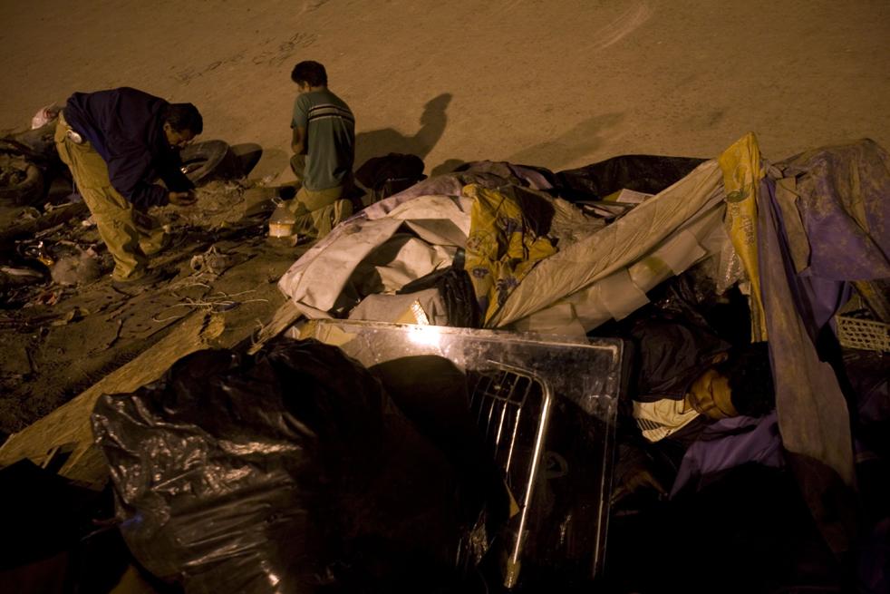 5. Наркоманы спят, пока другие колятся у реки Тихуана недалеко от границы Мексики с США. (AP/Guillermo Arias)