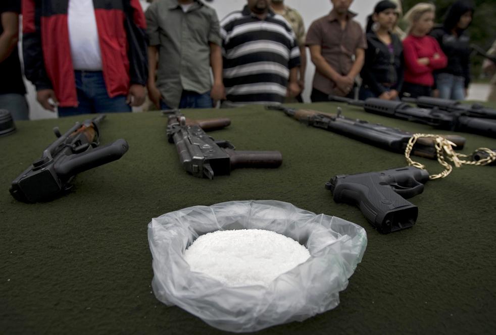 6. Торговцы наркотиками и конфискованные у них вещи представлены прессе в Тихуане. (AP/Guillermo Arias)