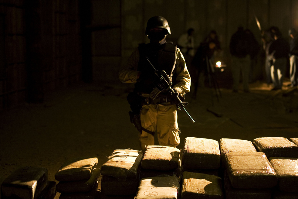 8. Солдат охраняет пакеты с марихуаной на складе в Текате. Во время операции на складе в городе Текате солдаты мексиканской армии нашли 297 упаковок, в которых было 1900 кг марихуаны. (AP/Guillermo Arias)