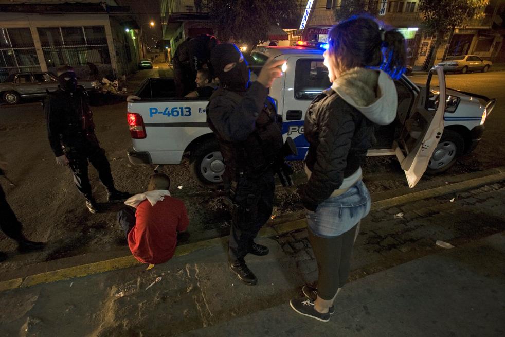 11. Офицеры полиции обыскивают жителей на предмет нахождения наркотиков в Зоне Норте, Мексика. AP/Guillermo Arias