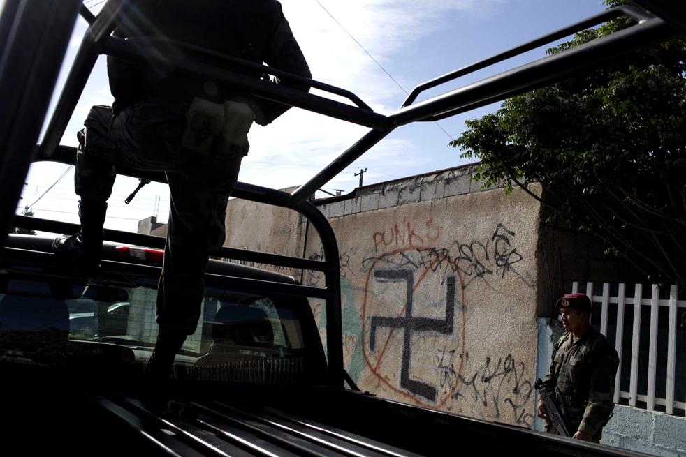 12. Солдаты охраняют место преступления, где застрелили мужчину в Сьюдад-Хуаресе. (AP/Rodrigo Abd)