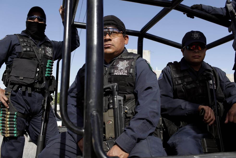 14. Федеральная полиция охраняет место преступления, где застрелили человека в Сьюдад-Хуаресе. (AP/Rodrigo Abd)