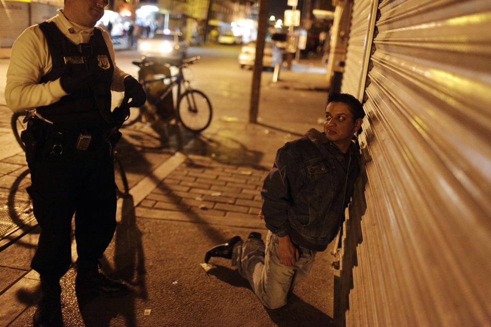 16. Арестованный смотрит на полицейского в центре Сьюдад-Хуареса. (AP/Rodrigo Abd)