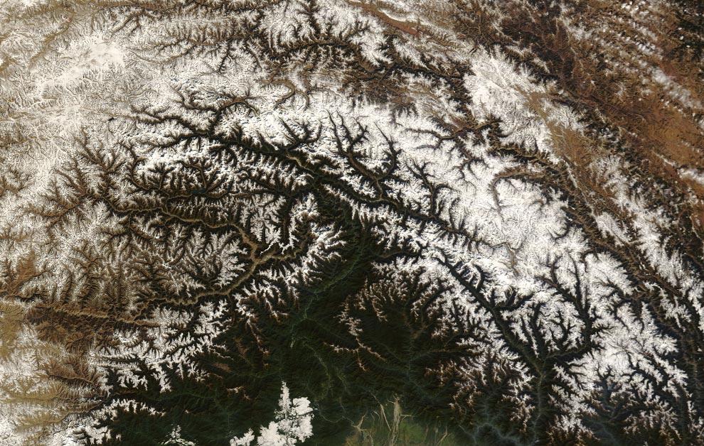 """5) В середине Декабря 2008 года безоблачное небо дало возможность сделать четкий снимок Тибета. 18 декабря 2008 года система MODIS, расположенная на борту спутника Terra агентства NASA, сделала этот снимок в естественных цветах. Снежные шапки некоторых горных вершин и частично покрытые льдом озера в этом высокогорном регионе, получили название """"Крыша мира"""" (NASA/Jeff Schmaltz, MODIS Rapid Response Team, Goddard Space Flight Center)"""