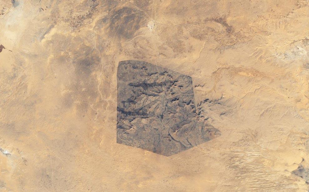 6) 13 декабря 1999 года, при помощи системы Усовершенствованного Картопостроителя с Классификацией Геологических Районов Плюс (ETM+), установленной на спутнике Landsat 7 агентства NASA, был сделан снимок Национального парка Sidi Toui, расположенного в южной половине Туниса, близ ливийской границы. На территории этого охраняемого парка (шириной приблизительно порядка 7 км.), можно увидеть природную растительность. Парк был основан в 1993 году для предотвращения опустынивания региона. Последствия непрерывного земледелия, чрезмерного выпаса и засухи можно оценить, взглянув на окружающие парк бесплодные земли. (NASA/Jesse Allen/Landsat,USGS)