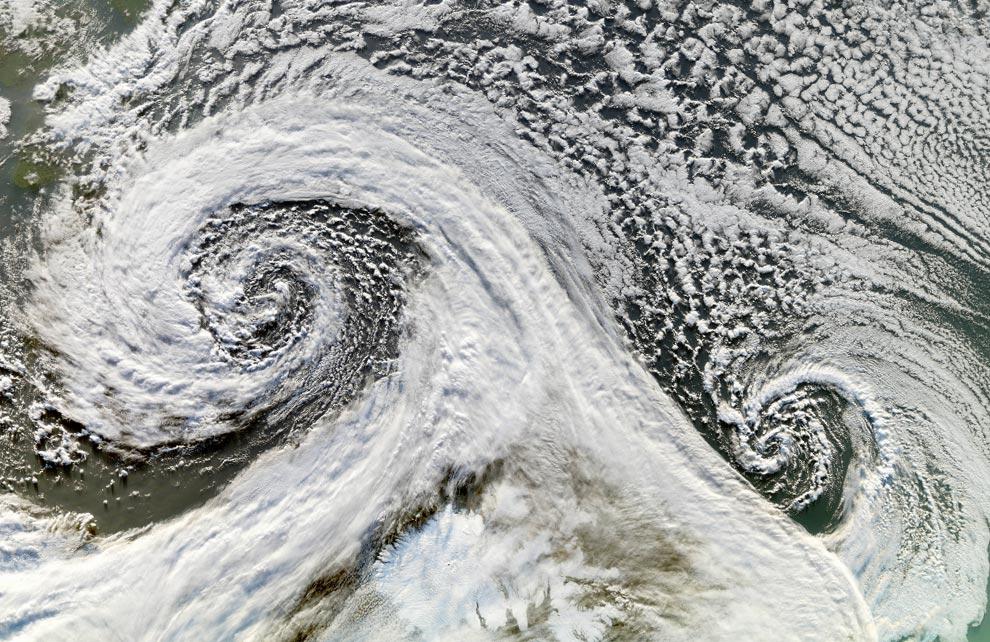 7) На снимке видны два циклона, образовавшие тандем в ноябре 2006 года. Этот снимок двух циклонов к югу от Исландии был сделан системой (MODIS) агентства NASA со спутника Terra 20 ноября (на изображении юг находится сверху) (NASA/Jesse Allen, Earth Observatory)