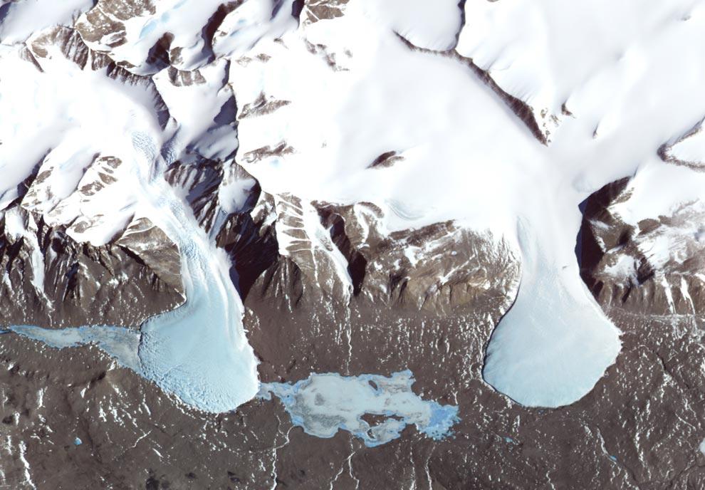8) Даже на самых заснеженных местах на Земле существуют участки, непокрытые снегом. В Антарктиде, между морем Росса и Восточно-антарктическим ледяным щитом, находится группа параллельно располагающихся долин. Известные как Dry Valleys (Сухие долины),  они чуть ли не беспрестанно продуваются нисходящими ветрами - холодным, сухим воздухом, несущимся вниз к морю с возвышенностей ледяного щита. Прибежище в Сухих долинах – скопление ледников и покрытые льдом озера. Этот спектрозональный снимок был сделан системой ASTER агентства NASA со спутника Terra, 29 ноября 2000 года. (NASA/Jesse Allen, NASA/GSFC/METI/ERSDAC/JAROS, U.S./Japan ASTER Science Team)