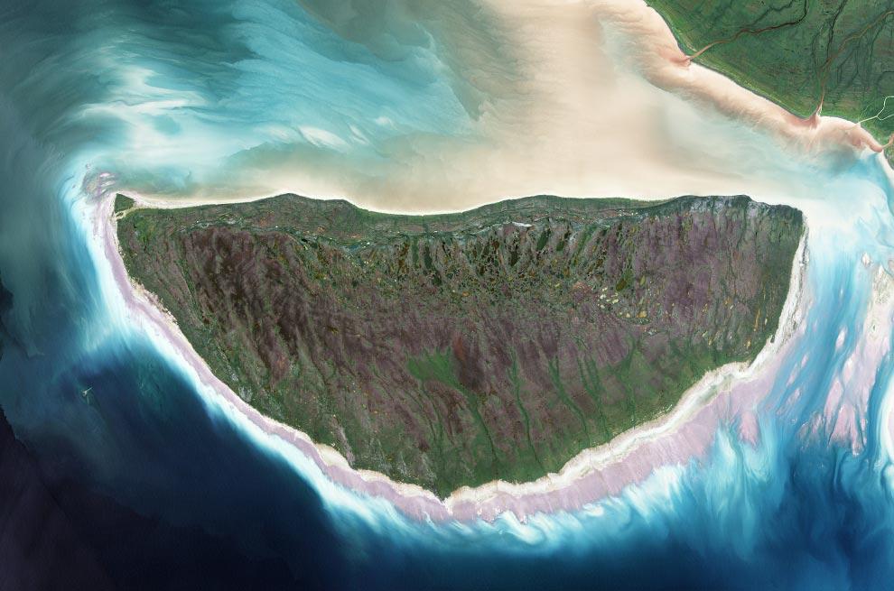 10) Во время последнего ледникового периода, Канадский остров Akimiski был погребен подо льдом, толщиной в несколько сотен метров, но с того момента как отошел лед, остров начал подниматься (поднятие высотной отметки), появились новые пляжные зоны, образовались реки и озера, а деревья и другая растительность начала разрастаться на новых территориях. Этот снимок острова Akimiski был сделан спутником Landsat 7 9 августа 2000 года. (NASA/Jesse Allen, Landsat,University of Maryland's Global Land Cover Facility)
