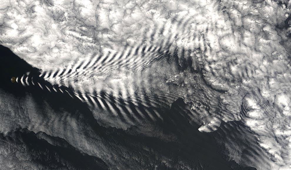 13) В середине декабря 2005 года, крохотный Остров Амстердам пустил волну, но не в Индийском океане, где это свойственно наблюдать, а прямо в облаках над головой. Система MODIS, находящаяся на борту спутника Terra агентства NASA, 19 декабря 2005года зафиксировала это действие. Сам по себе остров слишком мал, чтобы разглядеть его на снимке, однако он служит в качестве отправной точки облакам, которые поплывут далее на северо-восток в виде огромной буквы V. (NASA/Jeff Schmaltz, MODIS Land Rapid Response Team at NASA GSFC)