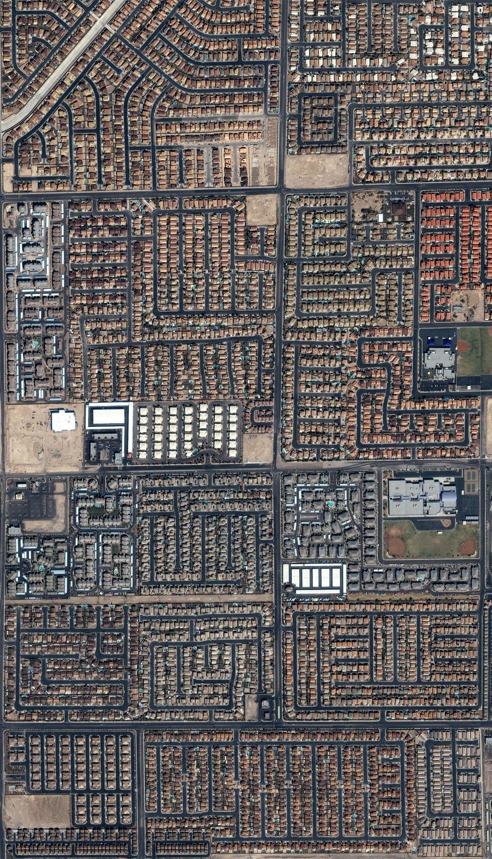 22) На этом снимке, сделанном в сентябре 2004 года с коммерческого спутника IKONOS, дома и улицы беспокойного Лас-Вегаса, штата Невада. (спутник IKONOS ©2004 GeoEye)