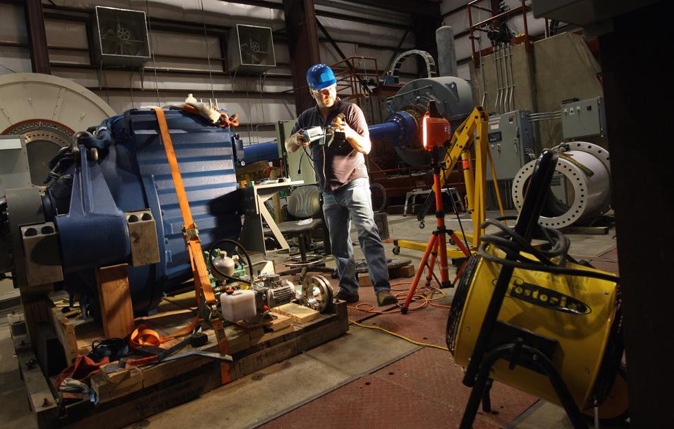 1. Главный техник Эд Оверли готовит к испытанию коробку передач ветродвигателя в Национальной лаборатории возобновляемых источников энергии на окраине Болдера, штат Колорадо. Национальная лаборатория возобновляемых источников энергии – американский лидер исследований и разработок источников возобновляемой энергии – ожидает прибавления в своих фондах, так как администрация Обамы делает все больший акцент на «зеленой» энергии. Отделение Департамента энергетики сосредоточено на испытании и улучшении технологий ветряной, солнечной и биотопливной энергии, которые потом перерабатываются в частный сектор. (Getty Images / John Moore)