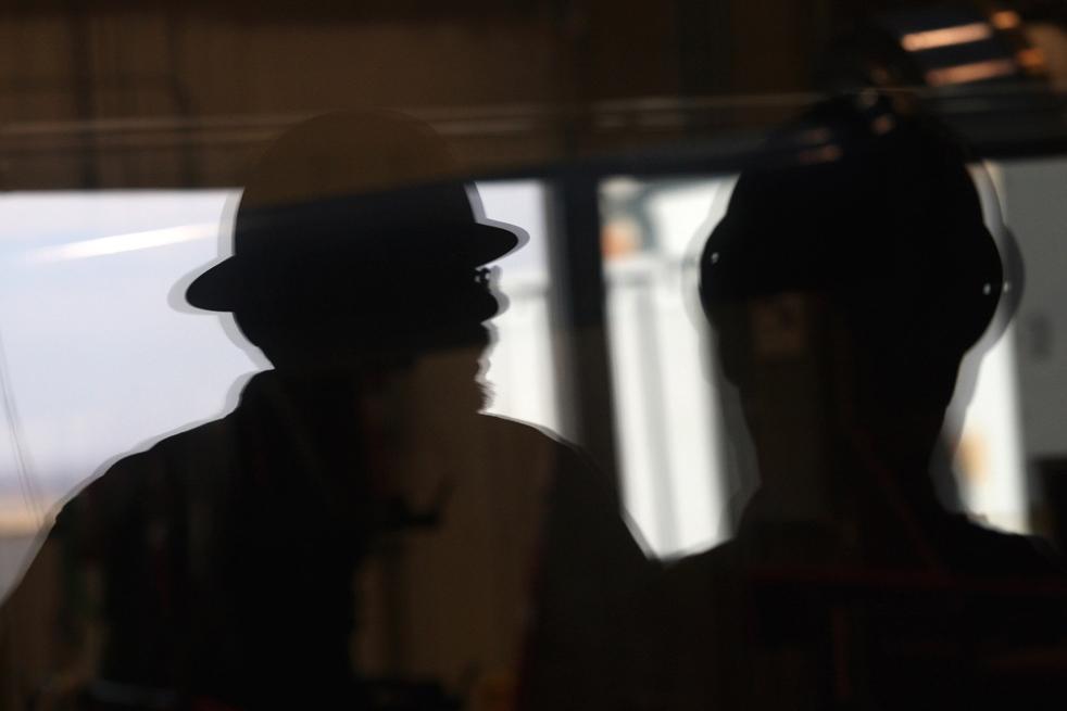 4. Инженер-механик Даррен Ран показывает фотографу агентства «Getty Images» испытательный центр ветродвигателей в Национальной лаборатории возобновляемых источников энергии 3 марта на окраинах Болдера, штат Колорадо. Национальная лаборатория возобновляемых источников энергии – американский лидер исследований и разработок источников возобновляемой энергии – ожидает прибавления в своих фондах, так как администрация Обамы делает все больший акцент на «зеленой» энергии. Отделение Департамента энергетики сосредоточено на испытании и улучшении технологий ветряной, солнечной и биотопливной энергии, которые потом перерабатываются в частный сектор. (Getty Images / John Moore)
