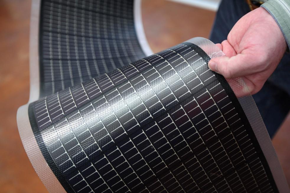 5. Инженер Стив Роббинс демонстрирует лист тонкопленочных солнечных панелей в Национальной лаборатории возобновляемых источников энергии 3 марта в Голдене, штат Колорадо. Тонкопленочные солнечные панели стоят относительно немного и очень удобны благодаря своей гибкости. Именно поэтому  они доминируют на рынке США вот уже два года. (Getty Images / John Moore)