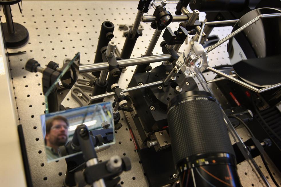 6. Инженер Стив Роббинс проходит мимо аппарата, который тестирует солнечные панели в Национальной лаборатории возобновляемых источников энергии 3 марта в Голдене, штат Колорадо. (Getty Images / John Moore)