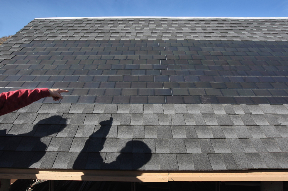 7. Солнечные панели на плоской черепице на крыше вырабатывают энергию во время тестирования в Национальной лаборатории возобновляемых источников энергии 3 марта в Голдене, штат Колорадо. (Getty Images / John Moore)