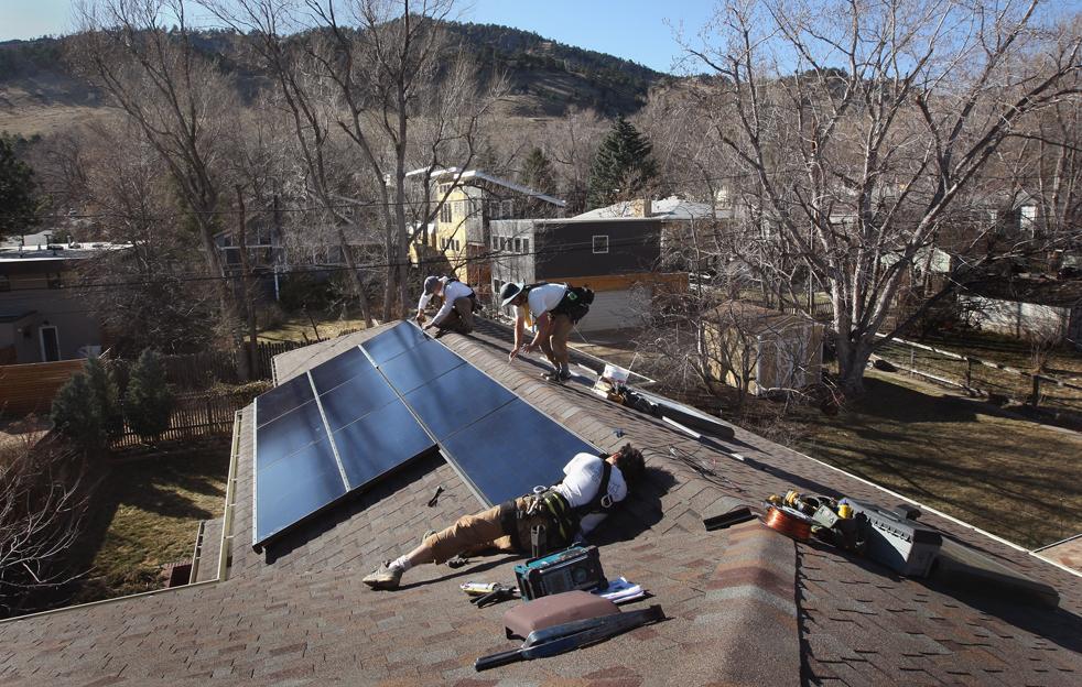 10. Работники компании «Namaste Solar» устанавливают солнечную панель на крышу дома 4 марта в Болдере, штат Колорадо. (Getty Images / John Moore)