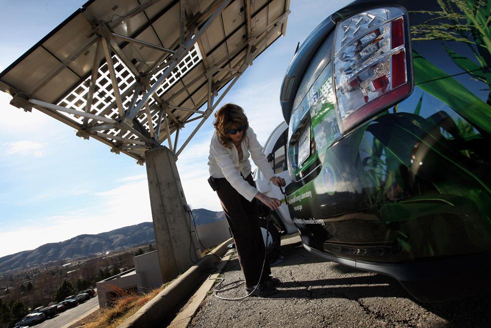 13. Хизер Лэммерс подключает автомобиль «Toyota Prius Hybrid», заряжаемый от солнечной панели в Национальной лаборатории возобновляемых источников энергии 3 марта в Голдене, штат Колорадо. (Getty Images / John Moore)