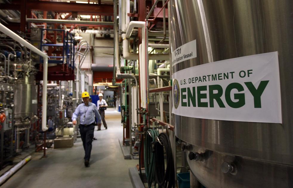 15. Главный инженер Джим МакМиллан идет по цеху центра по испытанию биотоплива в Национальной лаборатории возобновляемых источников энергии 3 марта в Голдене, штат Колорадо. (Getty Images / John Moore)