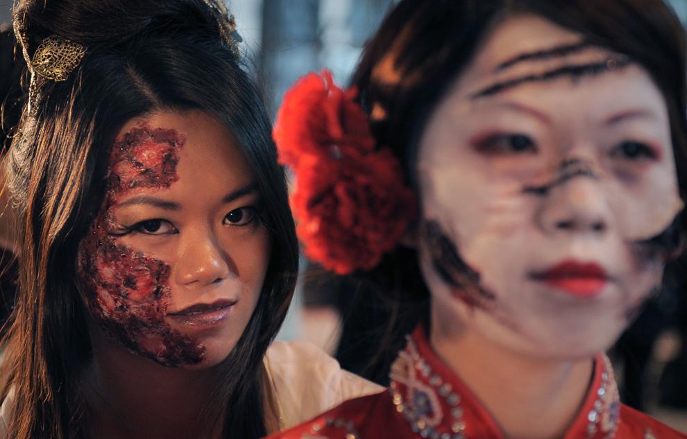 2. Девушки на благотворительном параде в честь Хэллоуина в Гонконге 31 октября 2009 года. (ED Jones/AFP/Getty Images)
