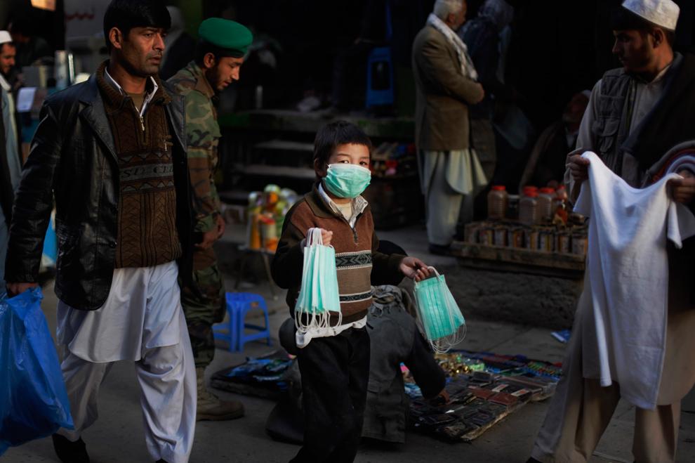 2. Афганский мальчик продает защитные маски на рынке в Кабуле в понедельник 9 ноября 2009 года. В Афганистане от свиного гриппа погибло 11 человек. В этой стране сотни афганцев и международных войск борются с болезнью и участившимися действиями повстанческих сил. Афганское министерство здравоохранения сообщило в понедельник, что 710 случаев заражения свиным гриппом из 779 вообще произошли среди военных. (AP Photo/Anja Niedringhaus)