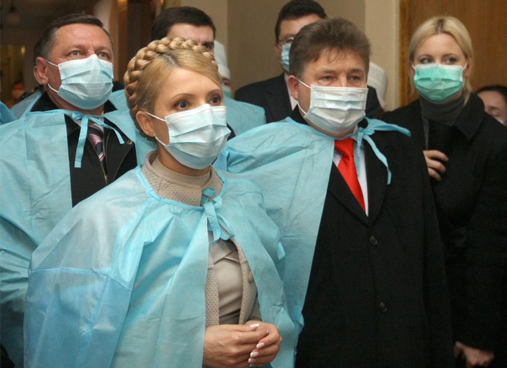 6. Премьер-министр Украины Юлия Тимошенко в маске во время визита в районную больницу в Луцке в 400 км от Киева в понедельник 9 ноября 2009 года. Выборы президента Украины, запланированные на январь, могут быть отложены из-за свиного гриппа. Об этом официально заявили представители украинского правительства. (AP Photo/Aleksandr Prokopenko)