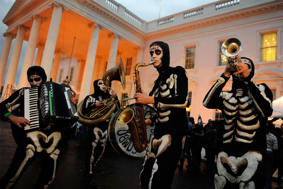 7. Артисты приветствуют детей, прибывших на «хэллоуинскую» встречу с Бараком Обамой и его семьей в Белом доме в Вашингтоне, 31 октября 2009 года. (REUTERS/Jonathan Ernst)