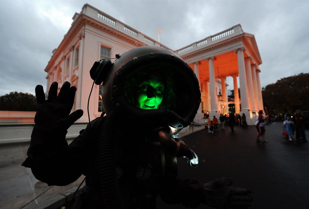9. Одн из участников шоу перед Белым домом в Вашингтоне 31 октября 2009 года. (JEWEL SAMAD/AFP/Getty Images)