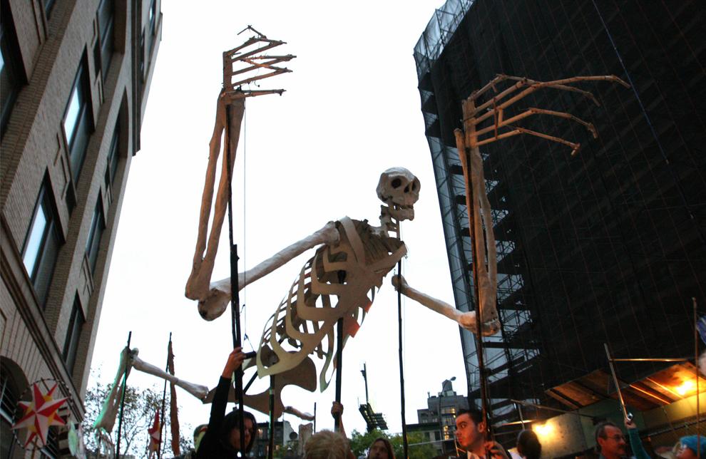 12. Огромная кукла-марионетка под управлением участников парада «Деревня хэллоуин» в Нью-Йорке 31 октября 2009 года. (AP Photo/Tina Fineberg)