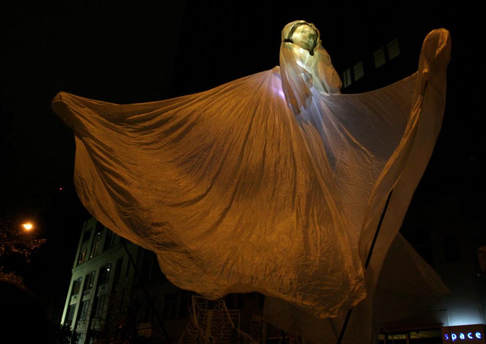 13. Марионетка в виде призрака под управлением Мойры Сауэр (нет на фото) перед началом парада «Деревня хэллоуин» в субботу 31 октября в Нью-Йорке. (AP Photo/Tina Fineberg)