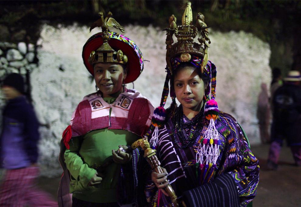 14. Королевы 19-летняя Ана Мария Пакач и 15-летняя Аракели Куа Ажсак позируют для фото перед началом церемонии, в которой будет избрана новая королева Тодос Сантос на северо-западе Гватемалы в пятницу 30 октября 2009 года. Выборы входят в местный ритуал праздника Дня всех святых, в честь которого и назван город. (AP Photo/Rodrigo Abd)