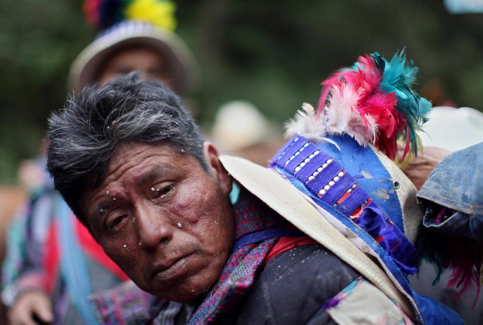 17. Наездники отдыхают после скачек во время празднования Дня всех святых в Тодос Сантос, Гватемала, в воскресенье 1 ноября 2009 года. (AP Photo/Rodrigo Abd)